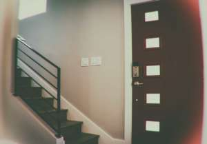 Как установить дверь в общем коридоре